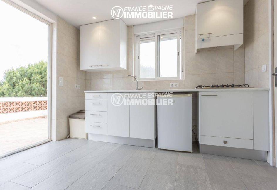 maison a vendre espagne costa brava, amarre, cuisine ouverte de l'appartement indépendant à l'étage