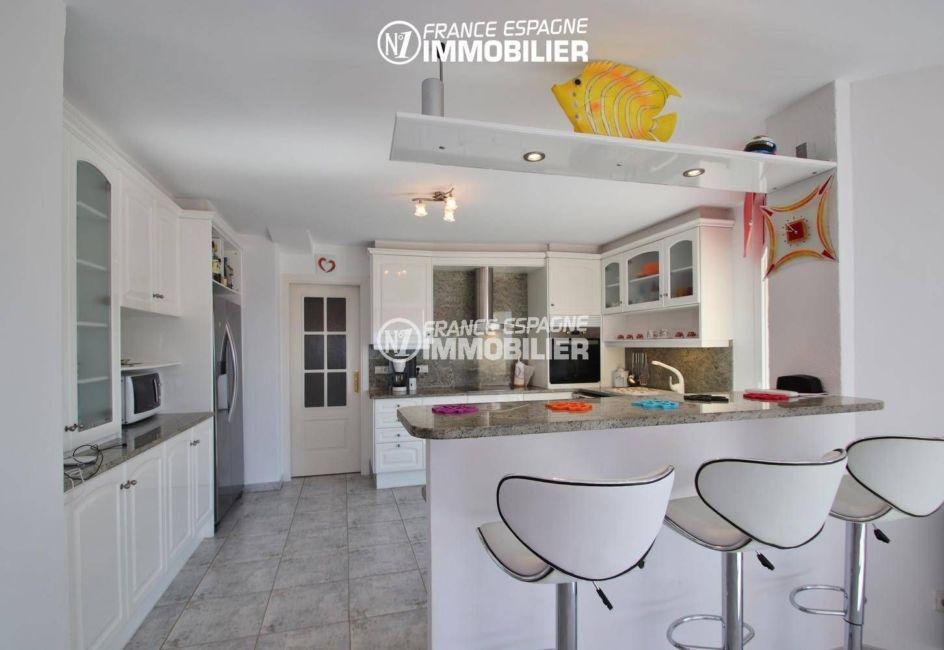vente appartements rosas espagne, vue mer, cuisine américaine ouverte et fonctionnelle
