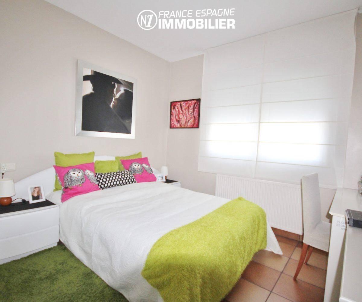 agence immobilière roses: villa ref.3466, première chambre avec lit double et rangements