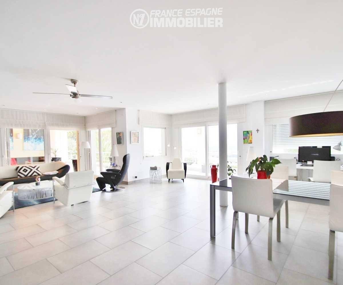 maison à vendre en espagne costa brava, ref.3481, salon avec cuisine ouverte + terrasse