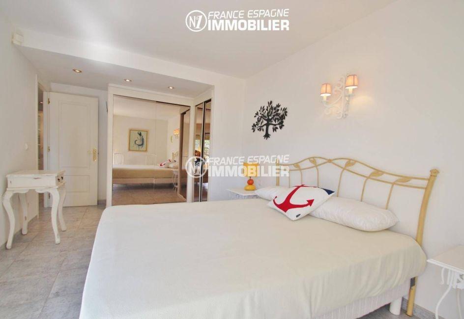 appartement rosas vente, garage, première chambre avec lit double et rangements