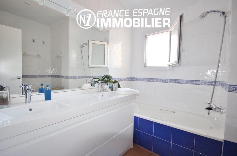 immo roses: villa ref.3466, salle de bains avec double vasques + rangements