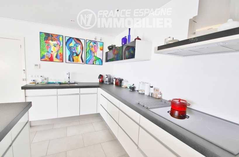 costa brava maison a vendre, ref.3481, cuisine américaine avec un îlot et des rangements