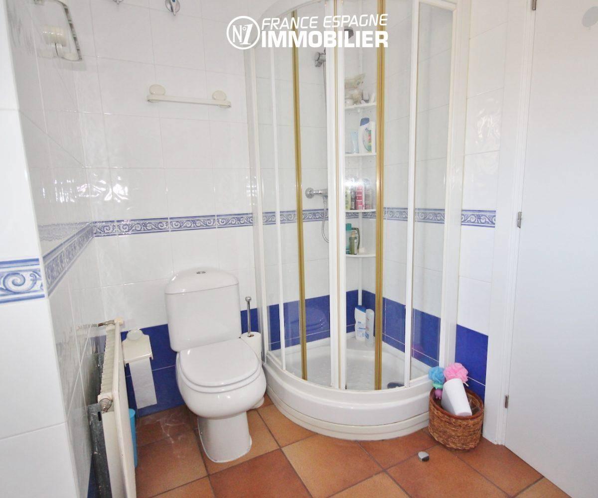 immo roses espagne: villa ref.3466, salle d'eau avec cabine de douche et wc