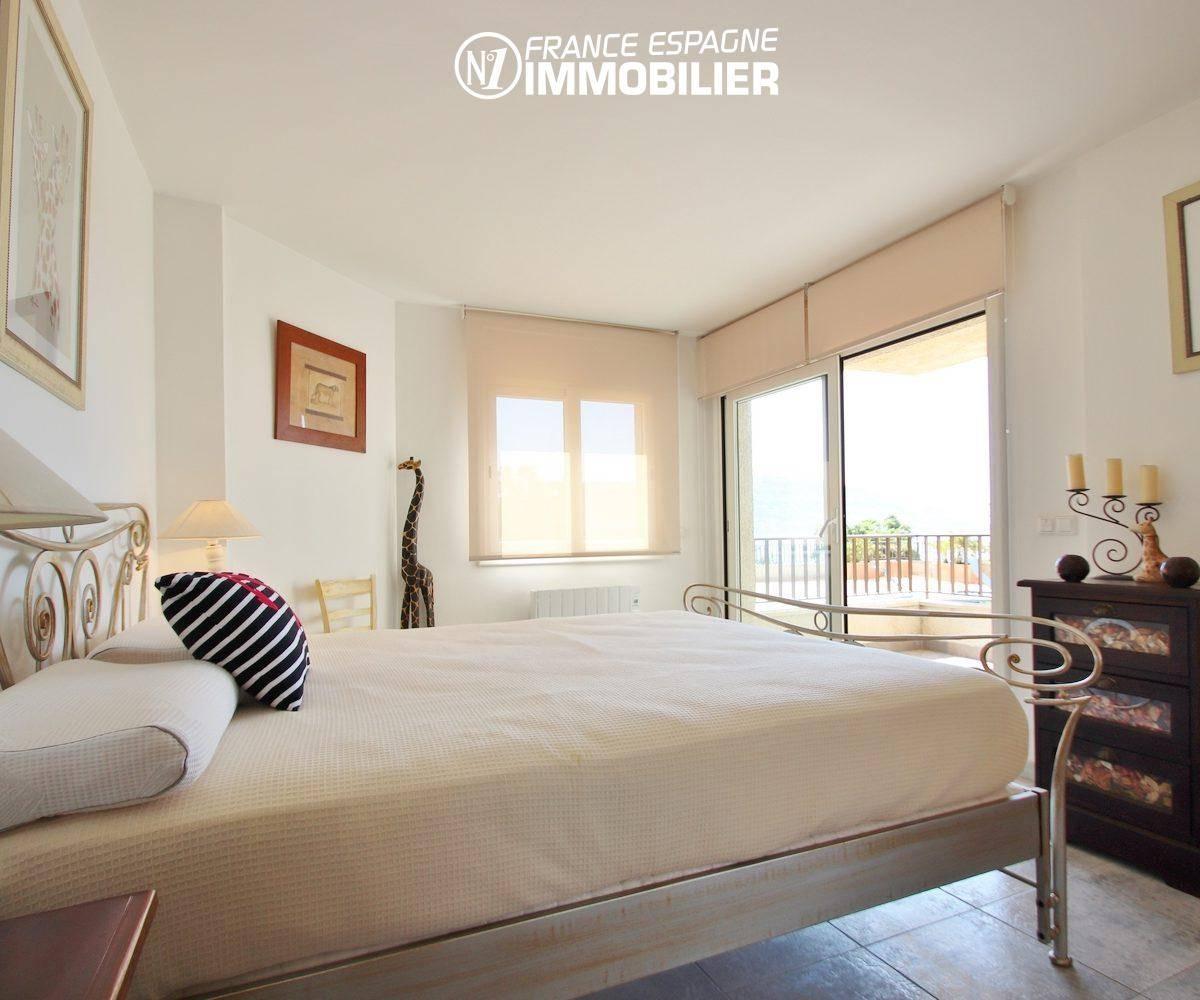 roses immobilier: appartement vue mer, deuxième chambre lit double accès à la terrasse