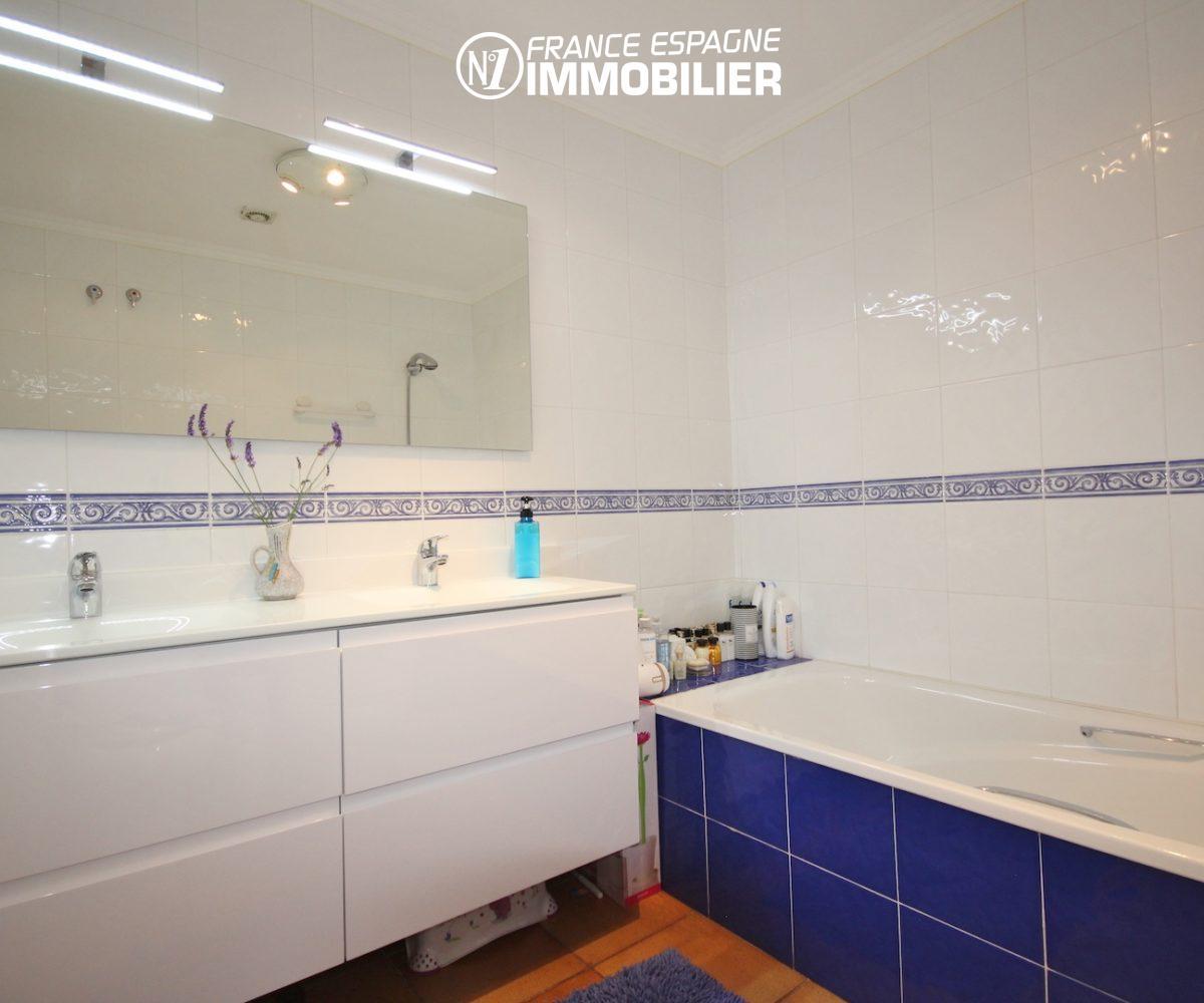 immobilier roses: villa ref.3466, salle de bains avec double vasques et miroir