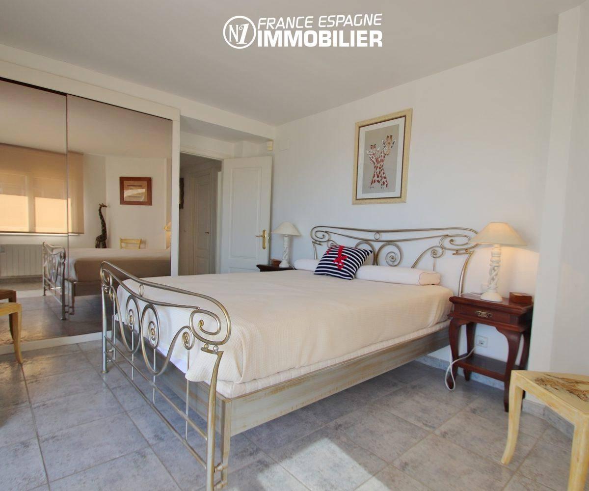 vente appartement roses espagne, garage, deuxième chambre avec lit double et placards