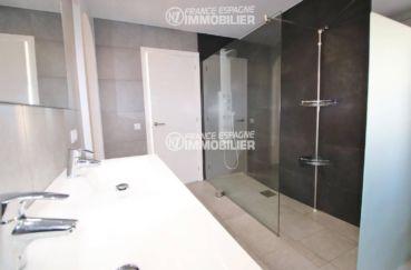 achat costa brava: villa ref.3481, salle d'eau avec double vasque et douche