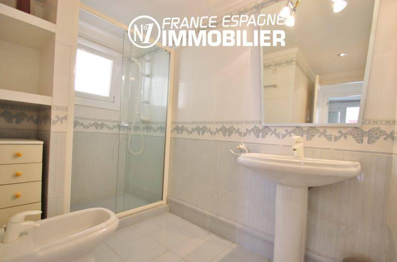 appartement à vendre rosas espagne, 165 m², deuxième salle d'eau avec douche, lavabo et wc