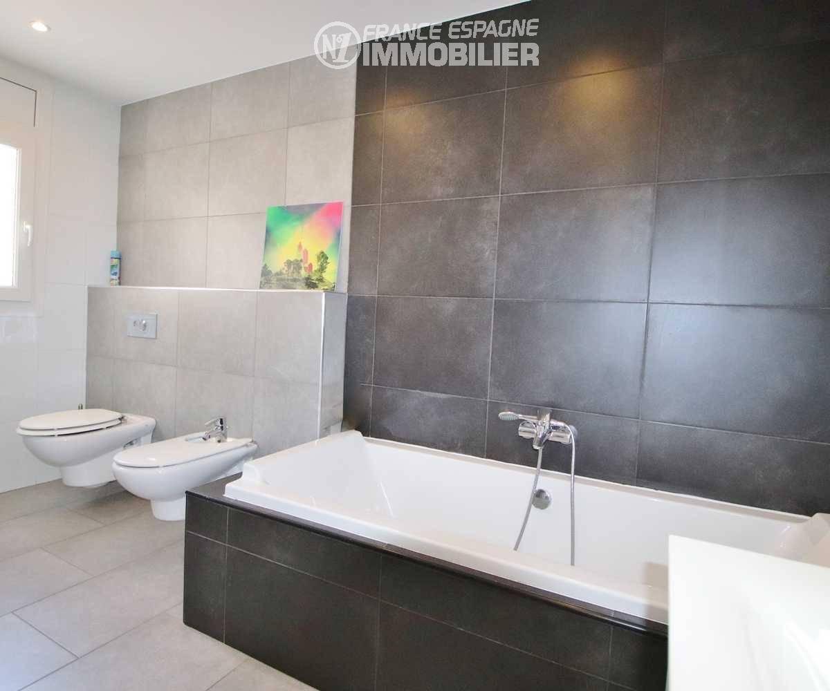 acheter costa brava: villa ref.3481, salle de bains avec baignoire, wc et bidet