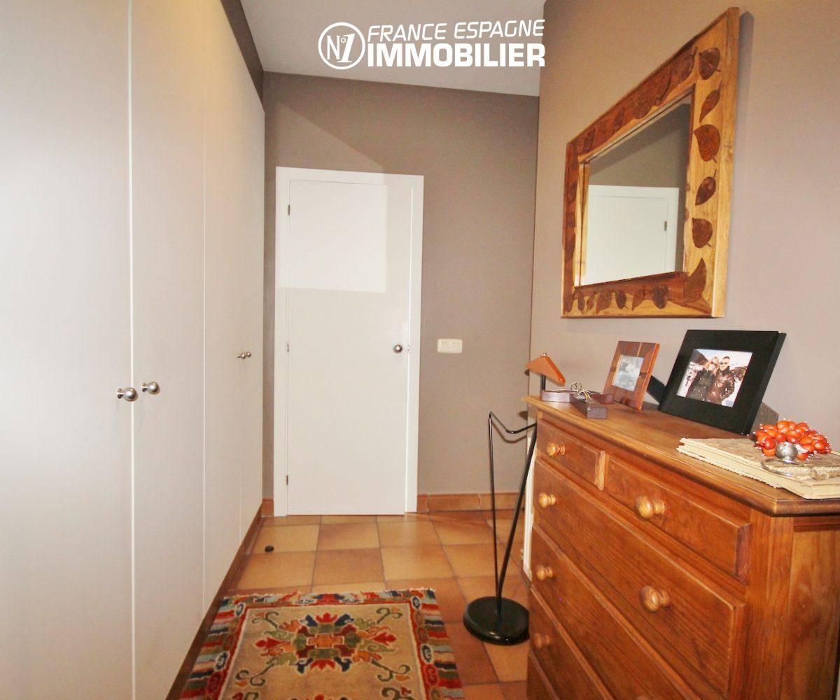 agence immo rosas: villa ref. 3436, vue sur le couloir et placards
