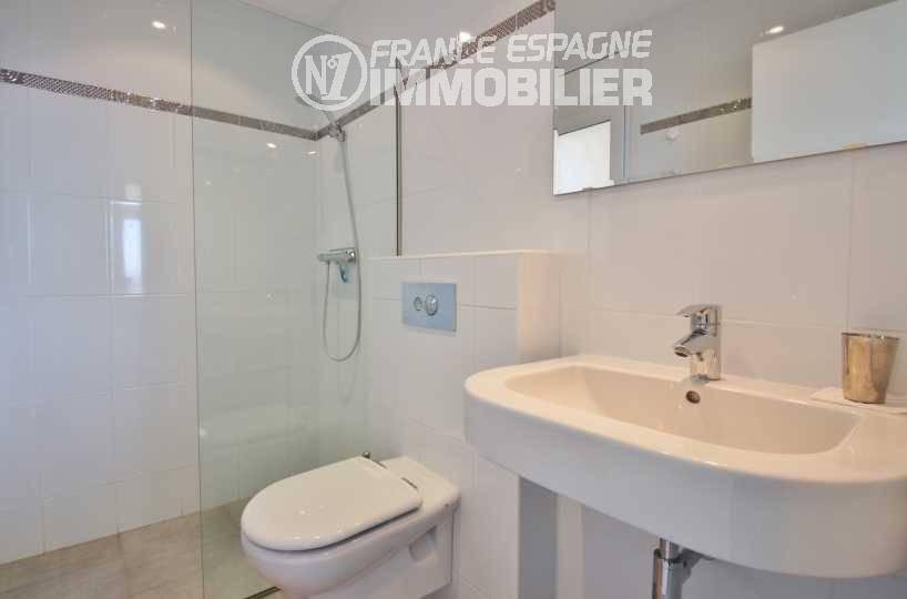 acheter une maison sur la costa brava, ref.3481, salle d'eau avec douche, wc et lavabo