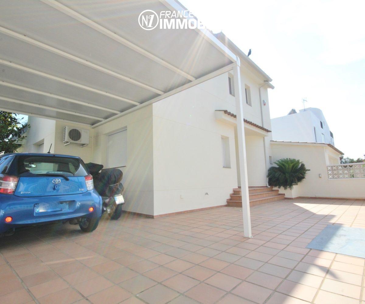 rosas immo: villa ref.3466, aperçu du parking cour intérieure et de la porte d'entrée