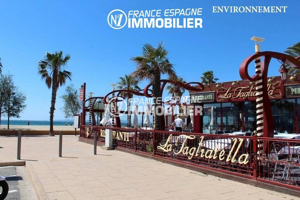 roses immobilier: villa ref.3466, terrasse d'un restaurant proche plage aux alentours
