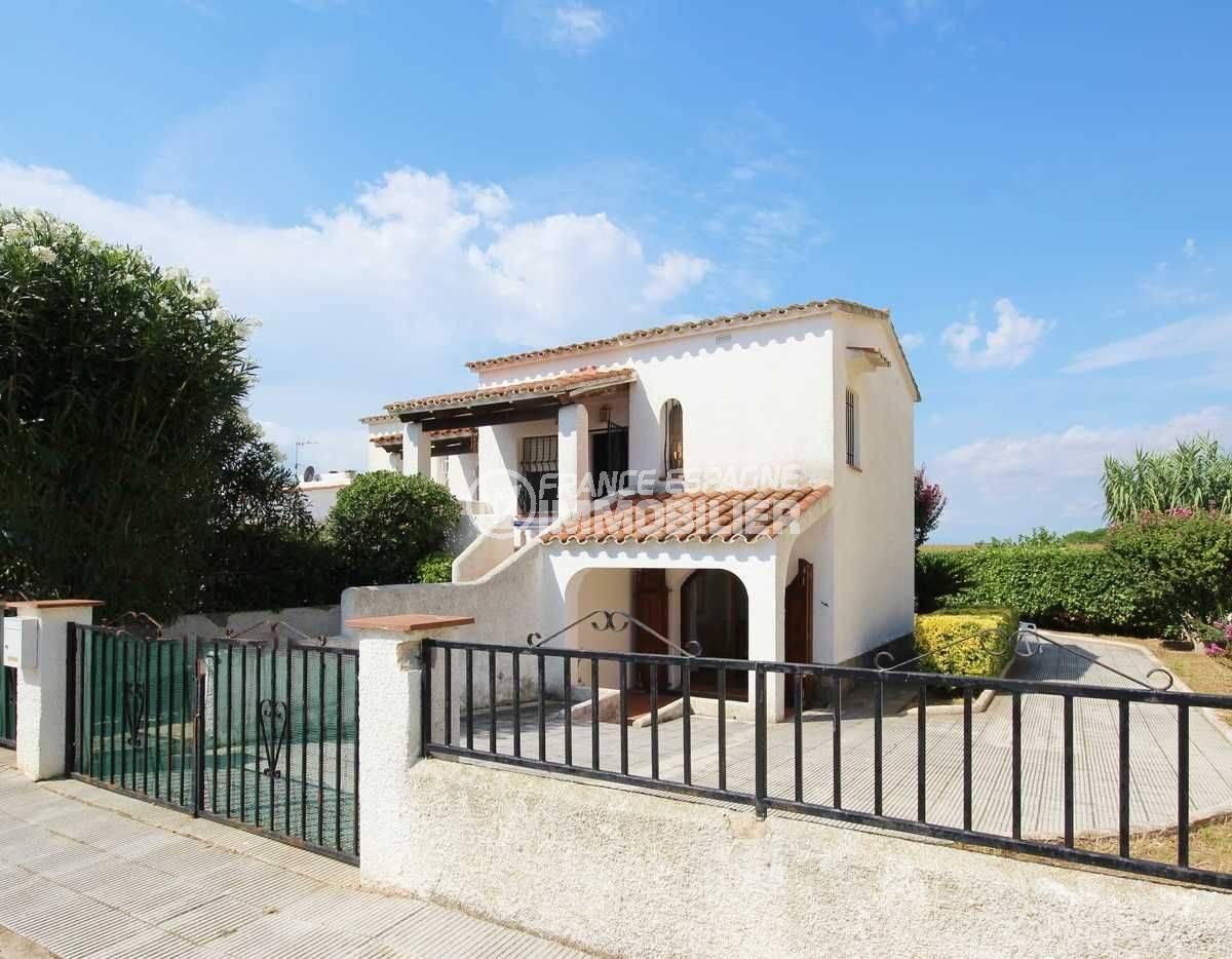 immobilier costa brava: villa ref.3498, 3 chambres, aperçu entrée, jardin de 300 m²