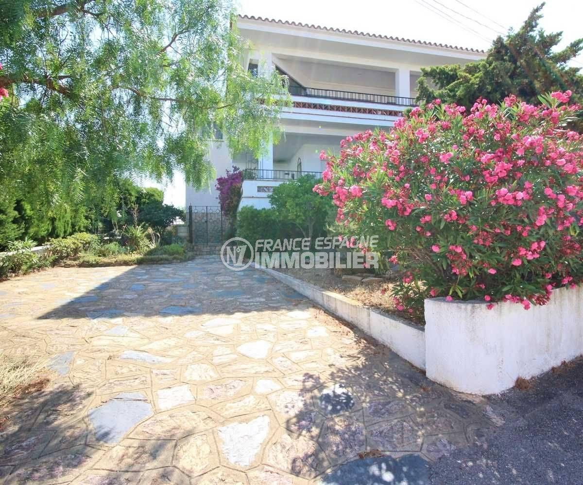 LLANCA- APPARTEMENT GRANDE TERRASSE PETITE VUE MER - vue du jardin à l'entrée