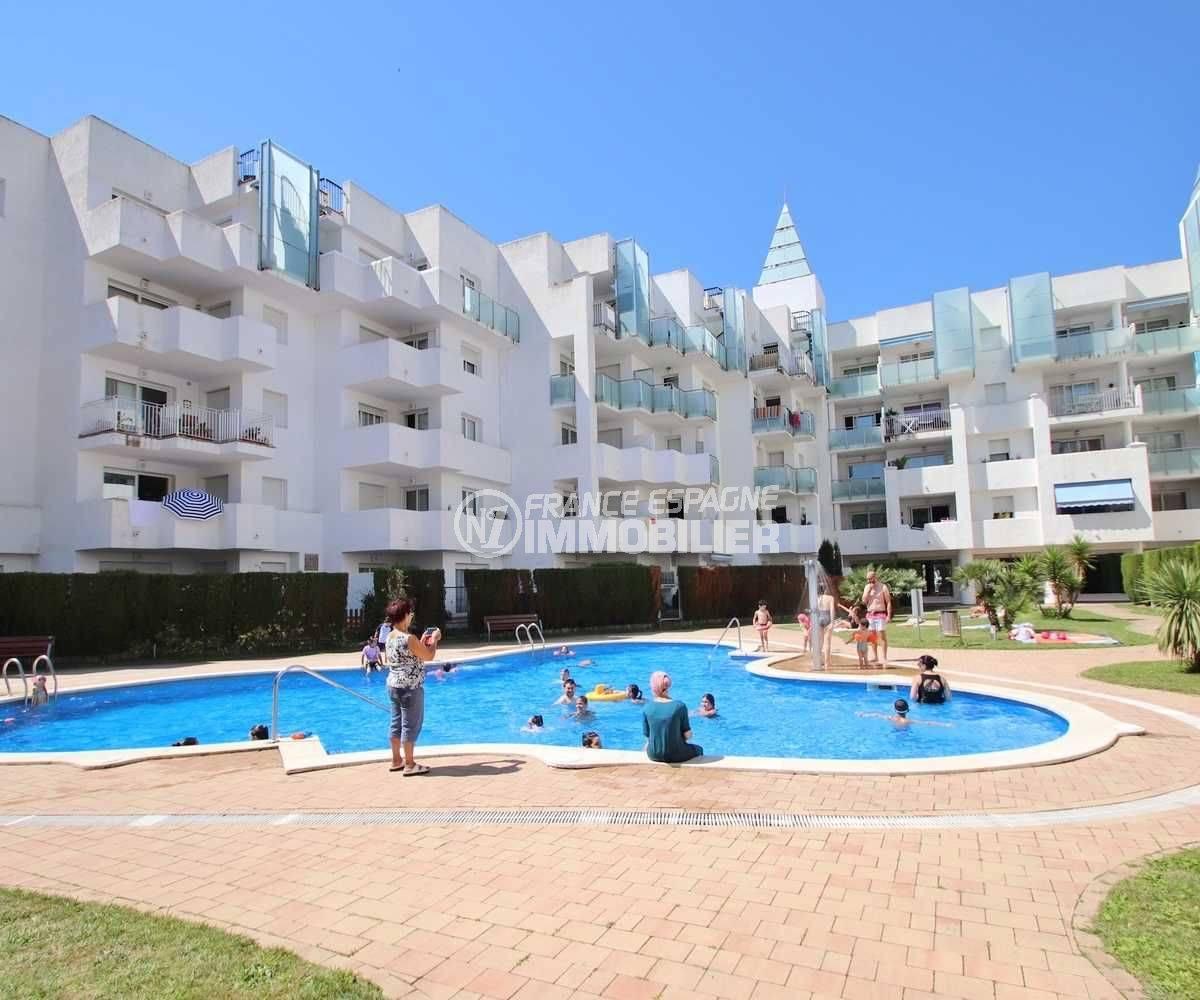 agence immobiliere rosas: appartement ref.3497, vue sur la piscine communautaire