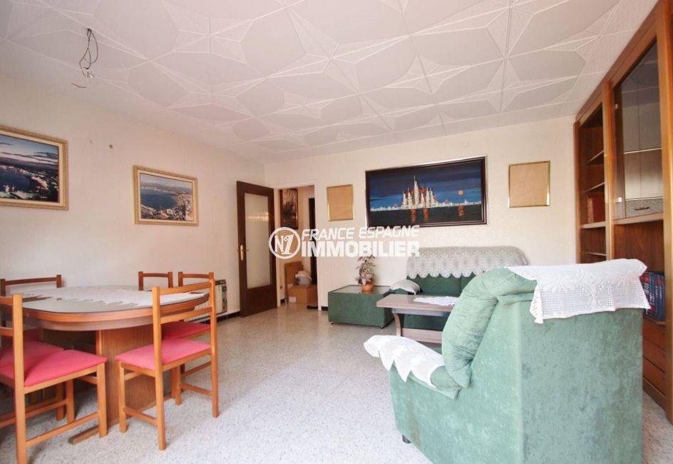 immo roses: appartement ref.3483, salon / salle à manger avec des rangements