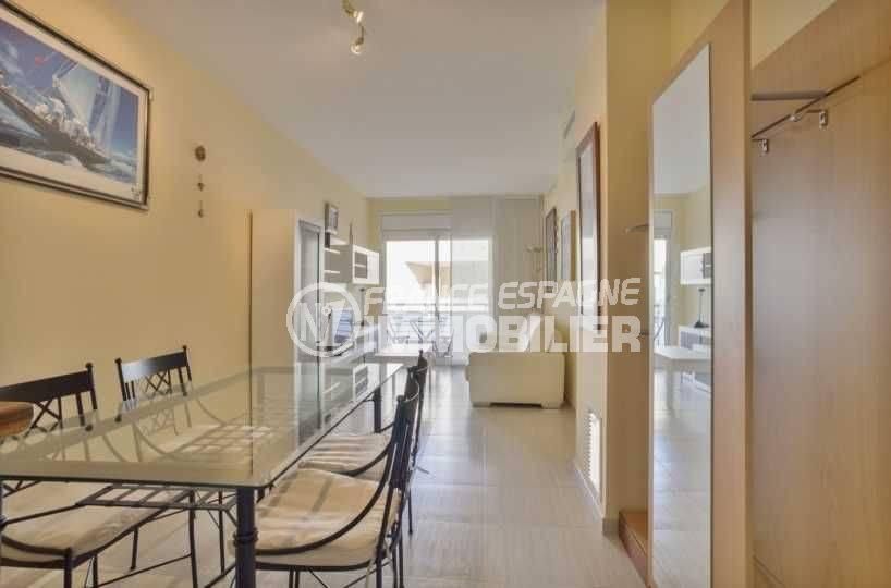 agence immobiliere llanca: appartement vue mer, salon / séjour avec coin repas
