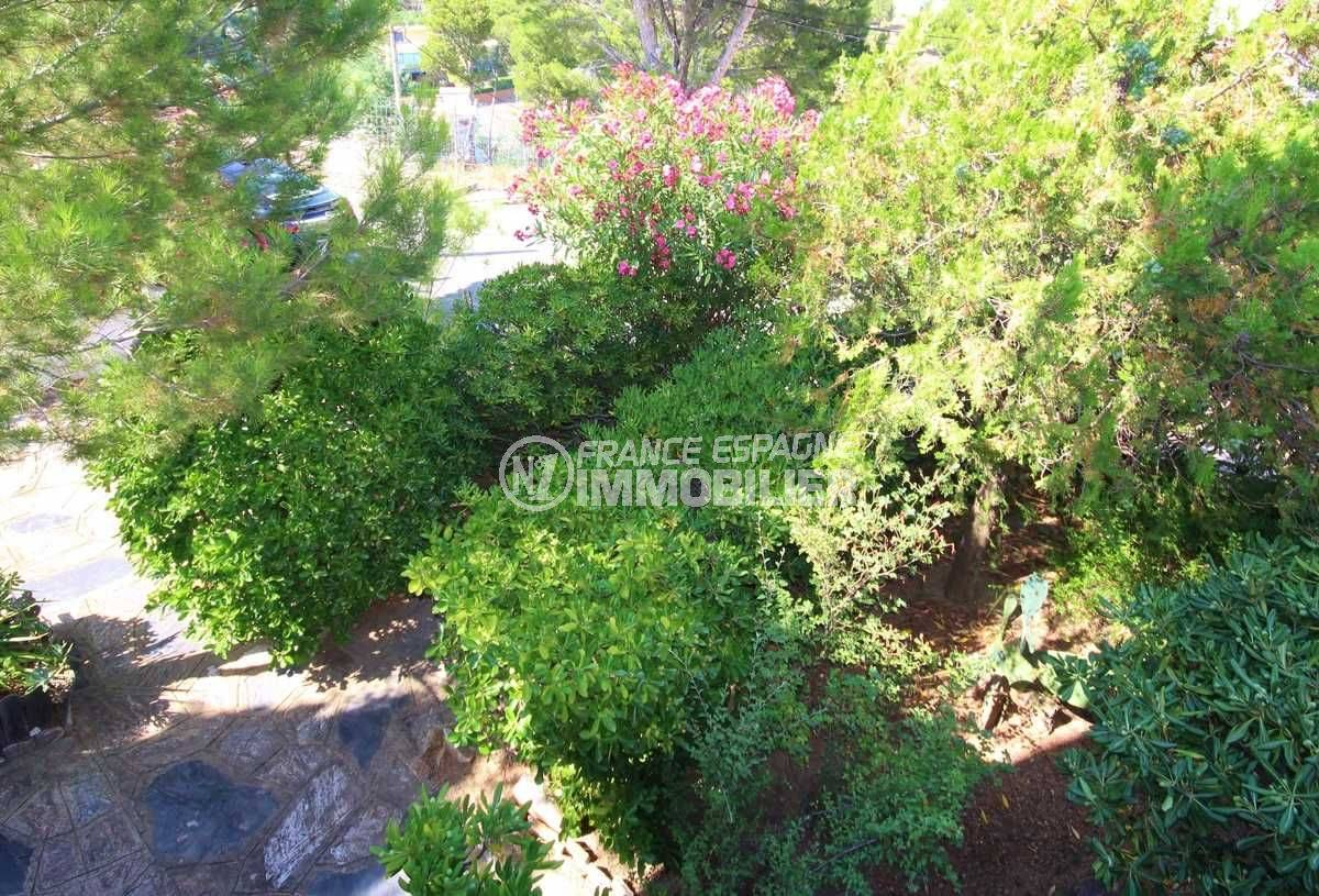 agence immobilière llanca: appartement ref.3488, vue de la terrasse sur les extérieurs fleuris