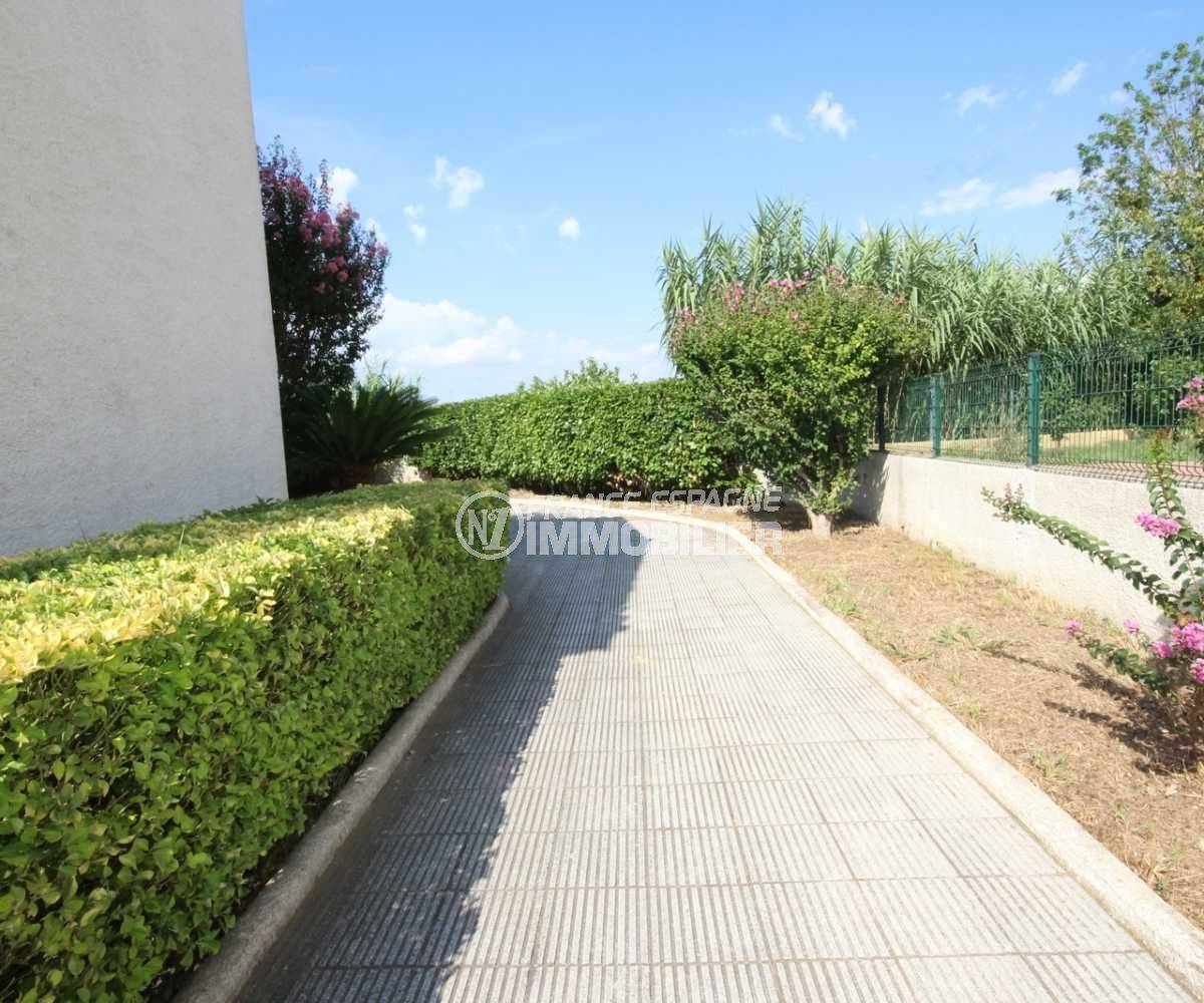 immobilier ampuriabrava: villa ref.3498, aperçu du jardin 300 m², soigneusement entretenu