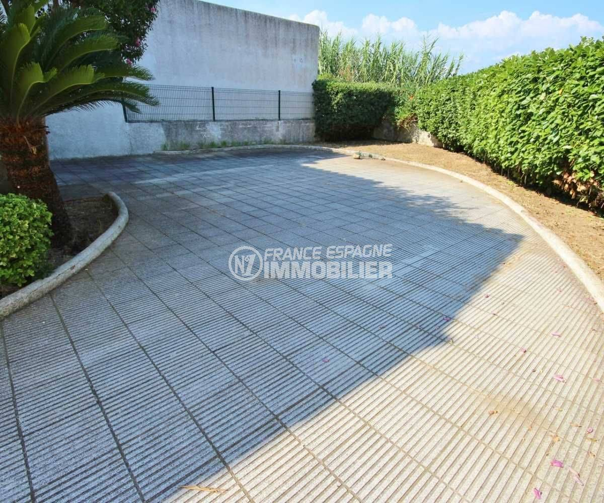 immobilier empuria brava: villa ref.3498, aperçu du parking extérieur dans le jardin