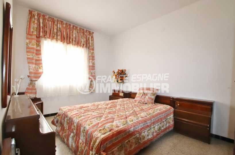 immo roses espagne: ref.3483, première chambre: lit double avec des rangements