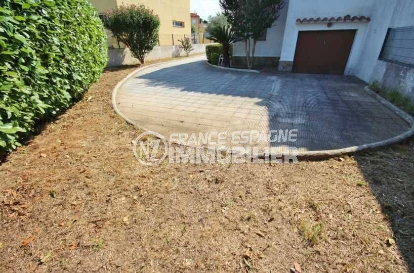 immobilier empuriabrava: villa ref.3498, aperçu aire de parking et entrée du garage, à l'arrière