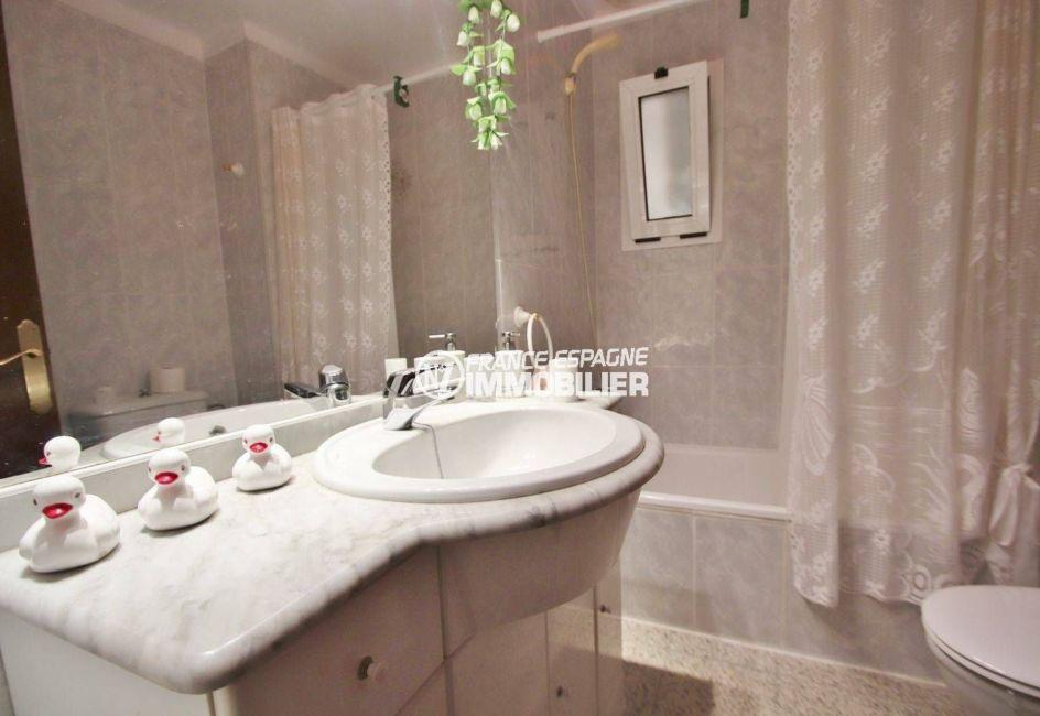 appartement rosas vente, ref.3483, salle de bains: baignoire, meuble vasque et wc