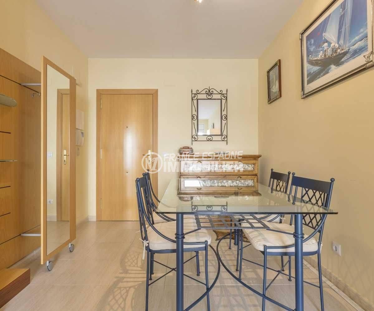 la costa brava: appartement llanca, espace repas avec table et rangements