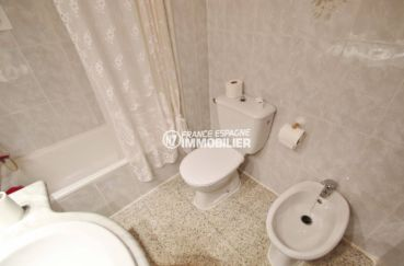 vente appartements rosas espagne, ref.3483, salle de bains: baignoire, vasque, wc + bidet
