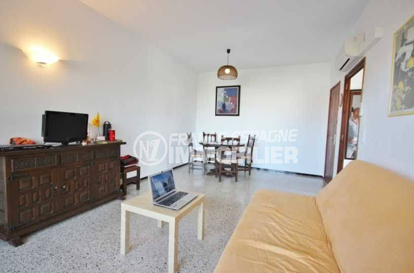 la costa brava: appartement ref.3488, vue sur le séjour et le salon avec ses rangements