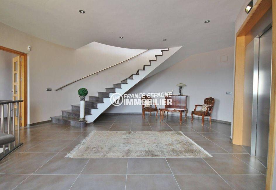 vente immobiliere costa brava: villa ref.2364, hall d'entrée accès escalier et ascenseur