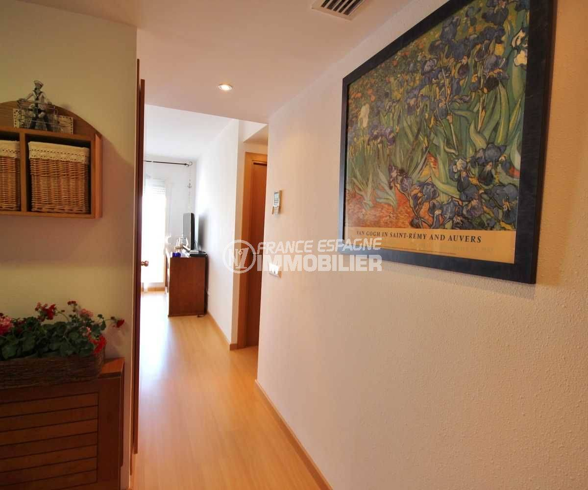 immo roses: appartement ref.3497, couloir qui dessert les chambres