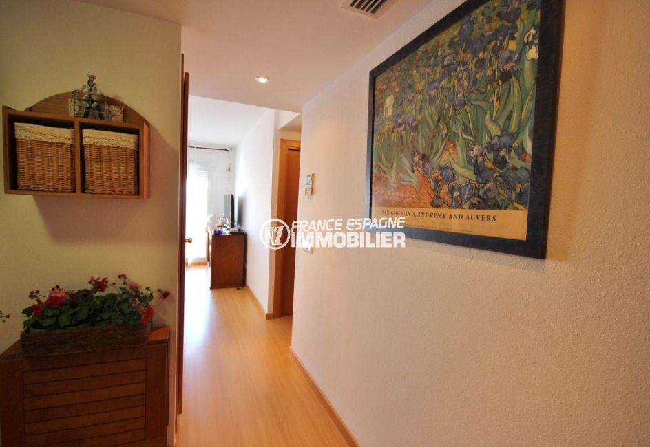 immo roses: appartement ref.3497, couloir qui dessert les chambres
