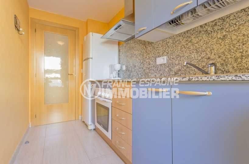 agence immobiliere costa brava espagne: appartement 43 m², cuisine indépendante avec rangements