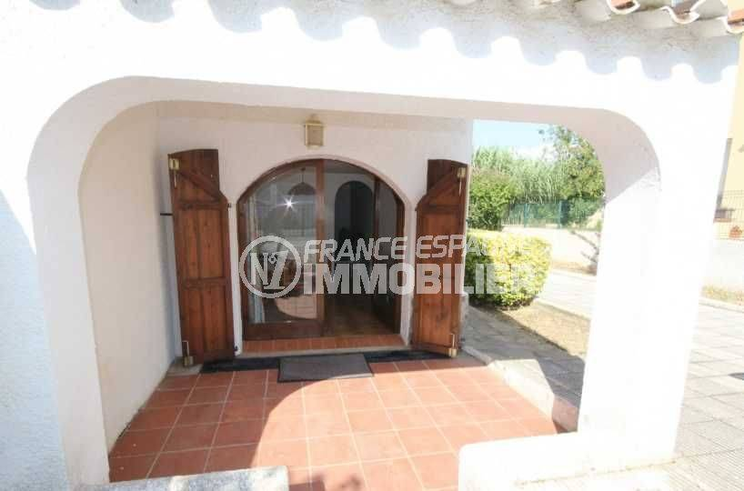 agence immobiliere empuriabrava: villa ref.3498, petite terrasse couverte avec accès séjour