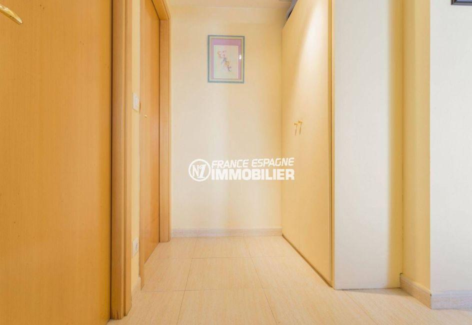 appartement a vendre costa brava, llanca, vue sur le couloir qui dessert les autres pièces