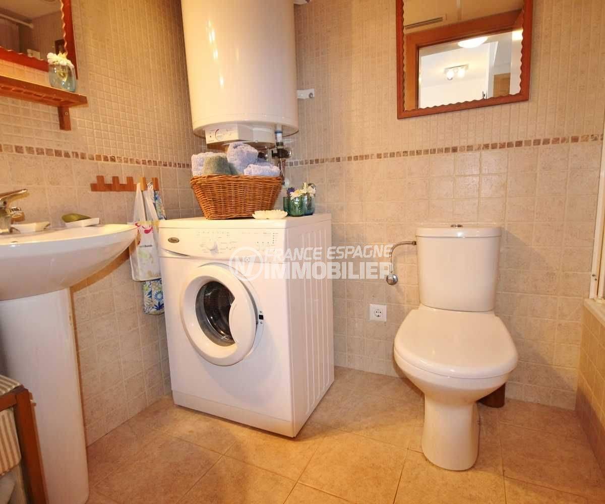 roses espagne: appartement ref.3497, salle de bains avec baignoire, vasque et wc