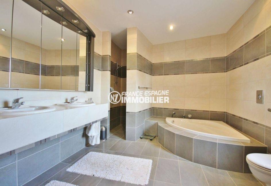 maison a vendre en espagne pres de la frontiere francaise, ref.2364, la salle de bains