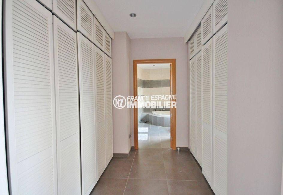costa brava house: villa ref.2364, couloir qui dessert la salle de bains, placards