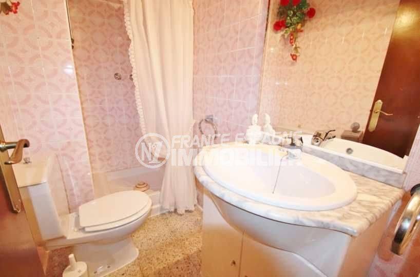 roses immobilier: appartement ref.3483, salle d'eau: douche, vasque et toilettes