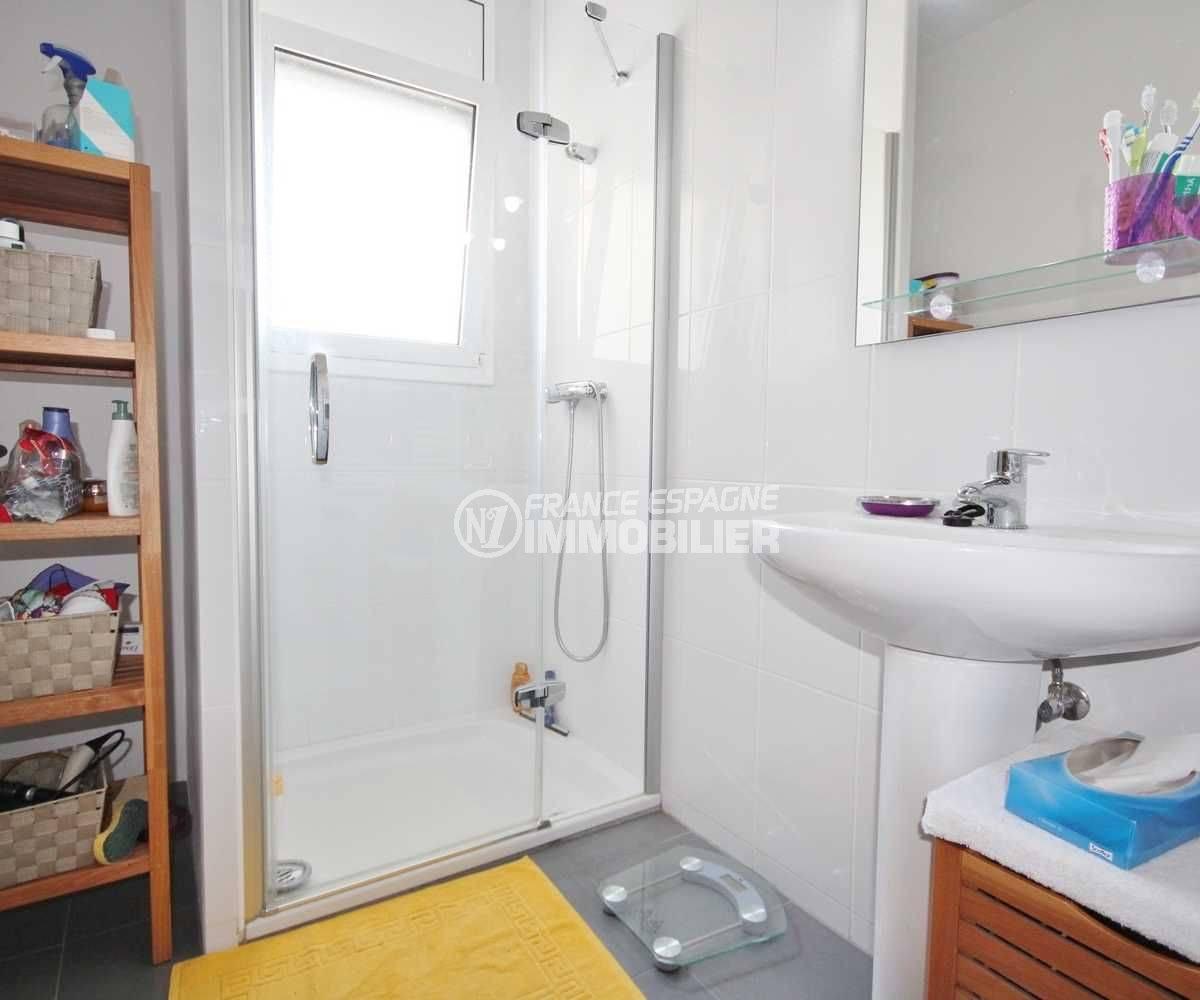 agence immobiliere costa brava: appartement ref.3488, salle d'eau, cabine de douche et rangements