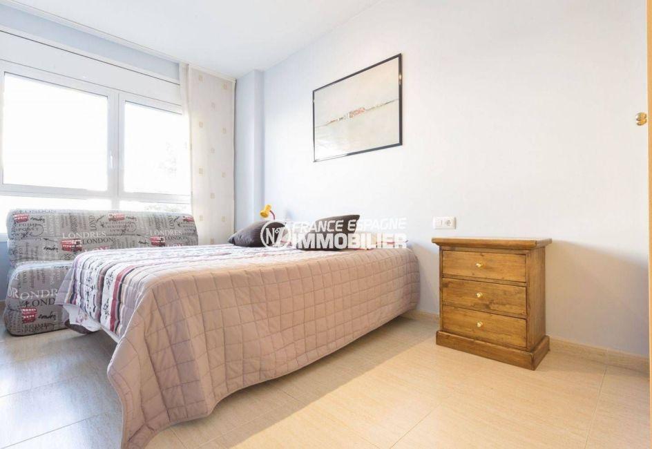 vente immobilier costa brava: appartement 43 m², chambre lumineuse lit double et canapé