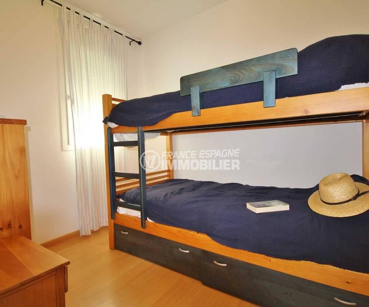 agence immobiliere roses: appartement ref.3497, chambre 2 avec lits superposés