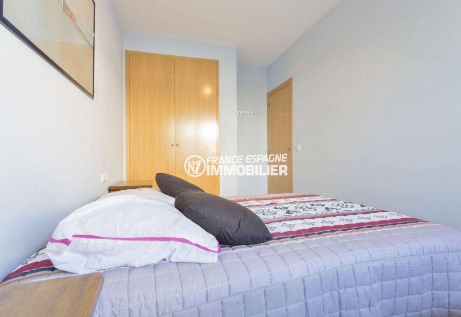 vente immobilière costa brava: appartement 43 m², chambre avec lit double et placards