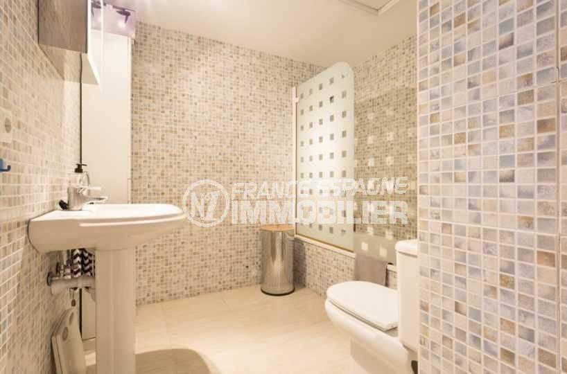 immobilier costa brava: appartement pas cher, salle de bains avec baignoire, lavabo et wc