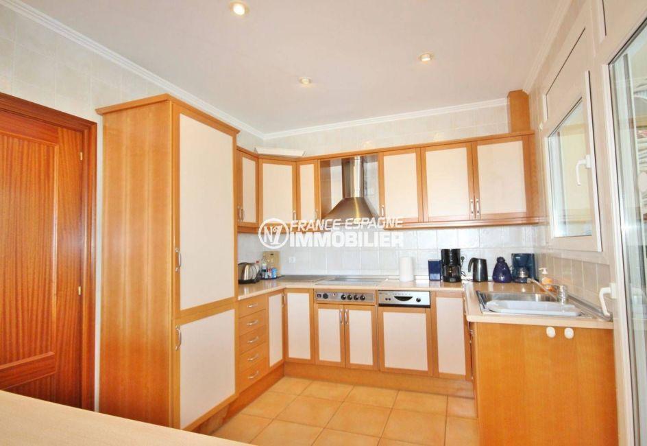 vente immobilière costa brava: villa ref.3501, la cuisine aménagée avec des rangements