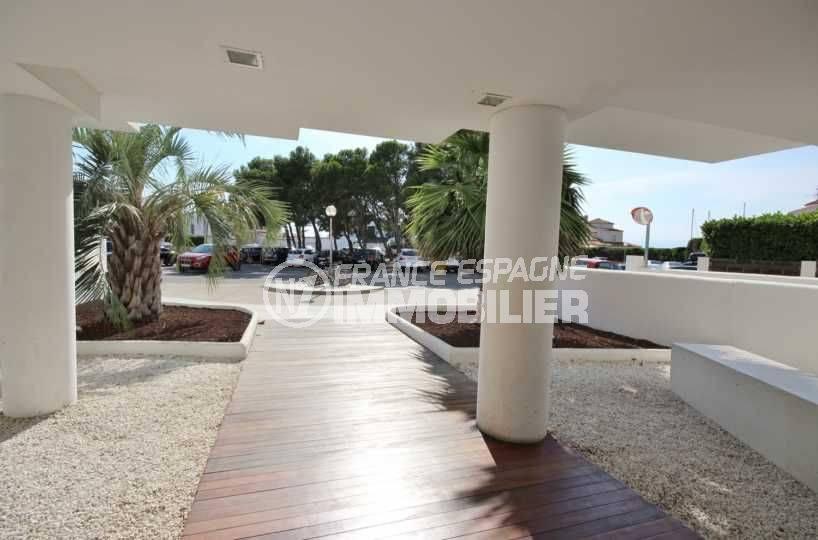 agence immobilière roses espagne: appartement ref.3497, entrée de l'immeuble et parking