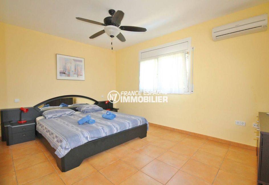 costabrava immo: villa ref.3501, première chambre avec un lit double et des rangements
